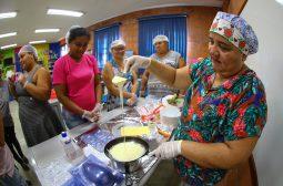 Moradoras do Prosamim preparam ovos de chocolate para complementar renda na Páscoa