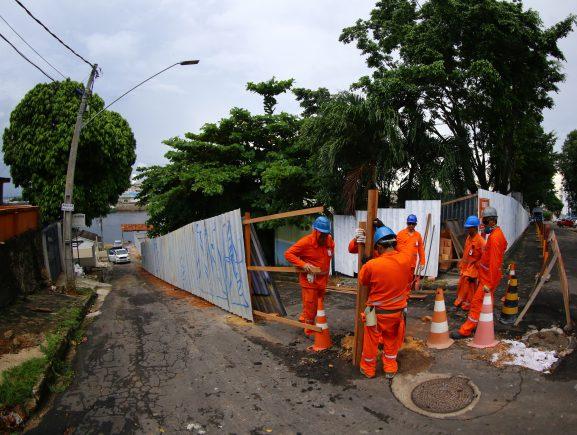 Obras de saneamento básico interditam parcialmente a rua Manoel Urbano, no bairro Educandos