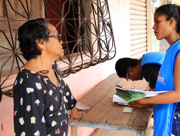 Moradores de Maués recebem orientações sobre ligações intradomiciliares e saneamento básico